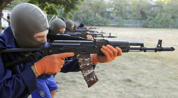 Ukrainian servicemen from the Azov Battalion train volunteers on September 3, 2014 in the southeastern Ukrainian city of Mariupol.