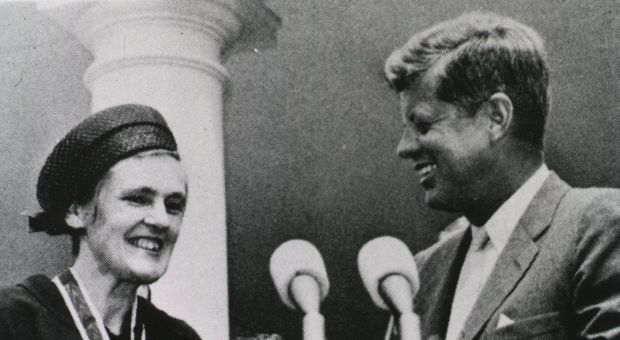 Frances Kathleen Oldham Kelsey receiving the President's Award for Distinguished Federal Civilian Service from President John F. Kennedy, in 1962